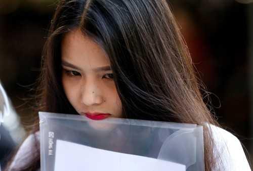 Bảo Nhi rời trường THPT Nguyễn Chí Thanh (Tân Bình, TP HCM) với tâm trạng buồn bã. Ảnh: Quỳnh Trần.
