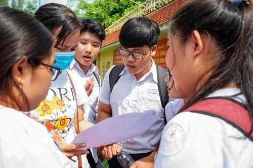 Thí sinh trao đổi bài sau giờ thi Ngữ văn. Ảnh: Thành Nguyễn.